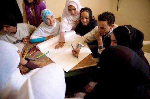 YOUNG PEOPLE CONTRIBUTING TO A WORKSHOP ON CLIMATE CHANGE IN IGUIWAZ, MOROCCO. (PHOTO: UNDP CBA BAPTISTE DE VILLE D'AVRAY, 2010)